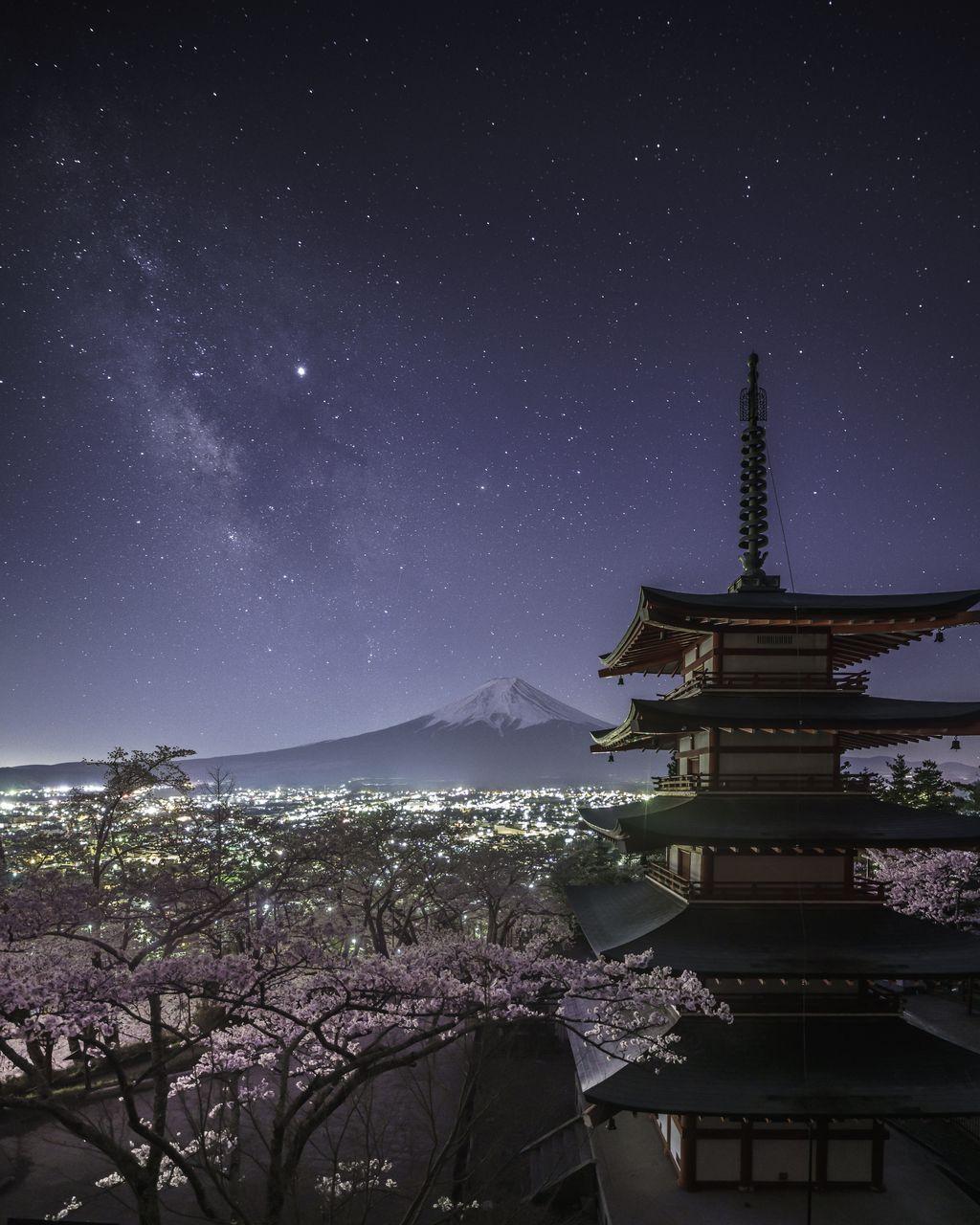 Từ Chùa Chureito, nhiếp ảnh gia Yukihito Ono đã chụp được dải Ngân Hà tuyệt đẹp chạy dọc theo bầu trời và dừng chân ở đỉnh núi Phú Sĩ phía xa.