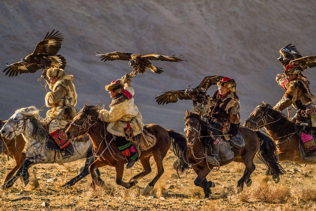 Những thí sinh tham dự cuộc thi Lễ hội Đại bàng thường niên tại Bayan-Ölgii aimag, Mông Cổ. Họ là những thợ săn thú rừng chuyên bắt những động vật nhỏ như thỏ và cáo, trợ thủ đắc lực của họ là những con đại bàng dũng mãnh. Săn bắn thú rừng cùng đại bàng là một truyền thống đã có từ hàng ngàn năm trước tại khu vực Trung Á này, hoạt động này đang dần mai một và được lưu giữ như một giá trị tinh thần qua các lễ hội hằng năm. Ảnh: Tihomir Trichkov.