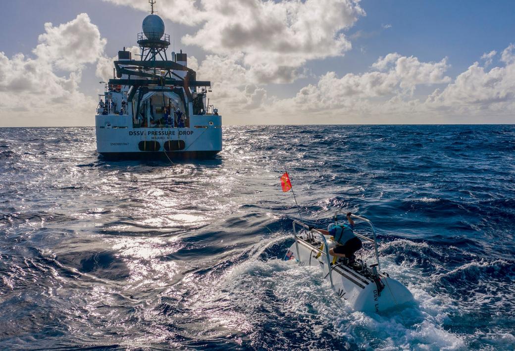 Tàu lặn The Limiting Factor có thể chịu được áp suất cao ở đáy đại dương đang dần lặn xuống, ở xa là tàu mẹ Pressure Drop. Cuộc lặn biển này là một phần của dự án khảo sát đáy đại dương của kênh truyền hình Discovery.