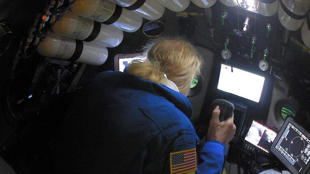 Bên trong tàu The Limiting Factor, Victor Vescovo đang điều khiển tàu trước khi nó chạm đến mặt đáy của đại dương.
