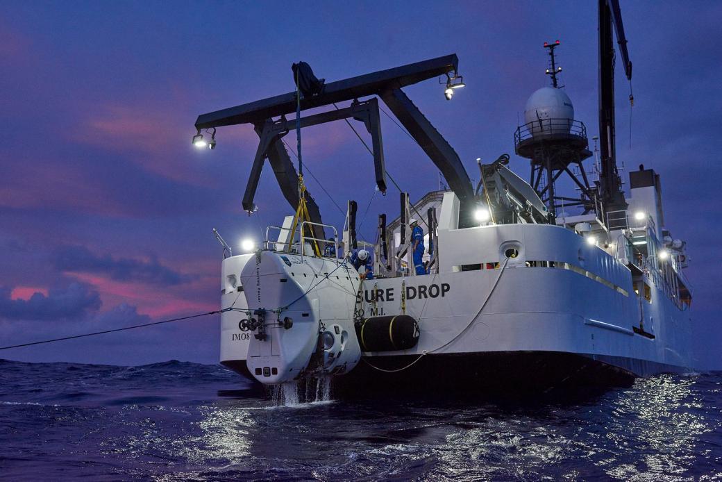 Tàu lặn The Limiting Factor đang được kéo lên tàu mẹ sau chuyến lặn biển thành công.
