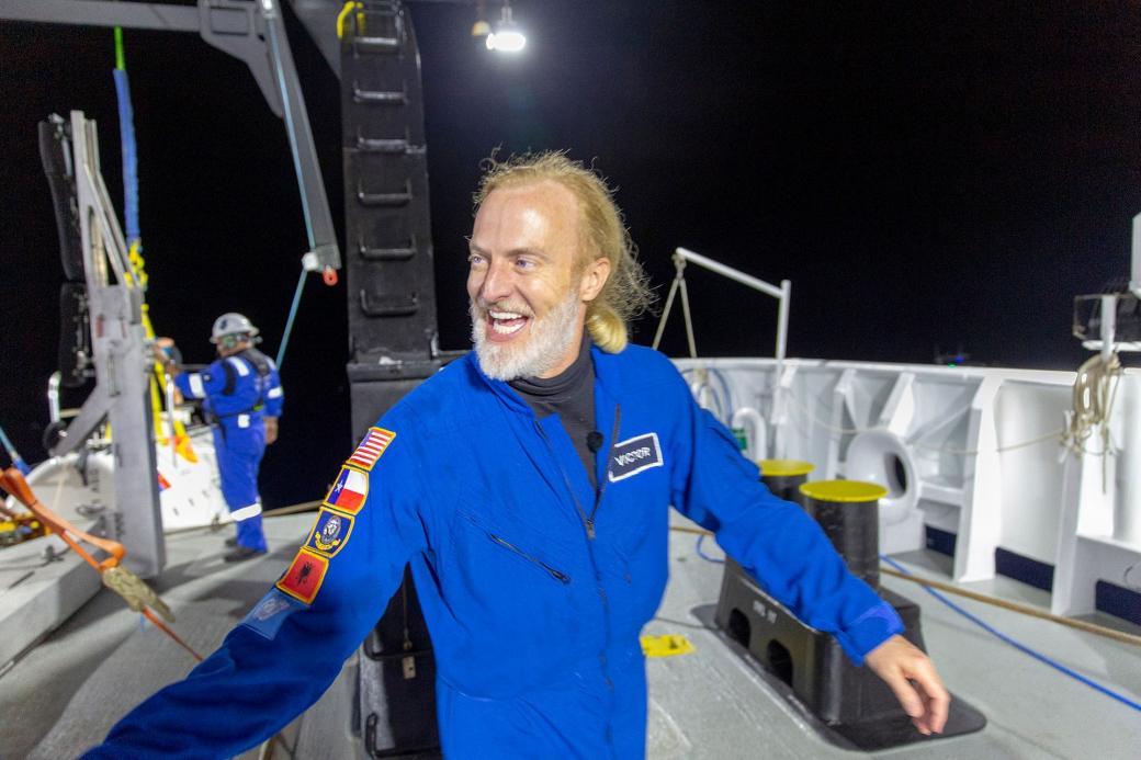Victor Vescovo vui mừng khi đã trải qua hai ngày ở nơi sâu nhất thế giới.