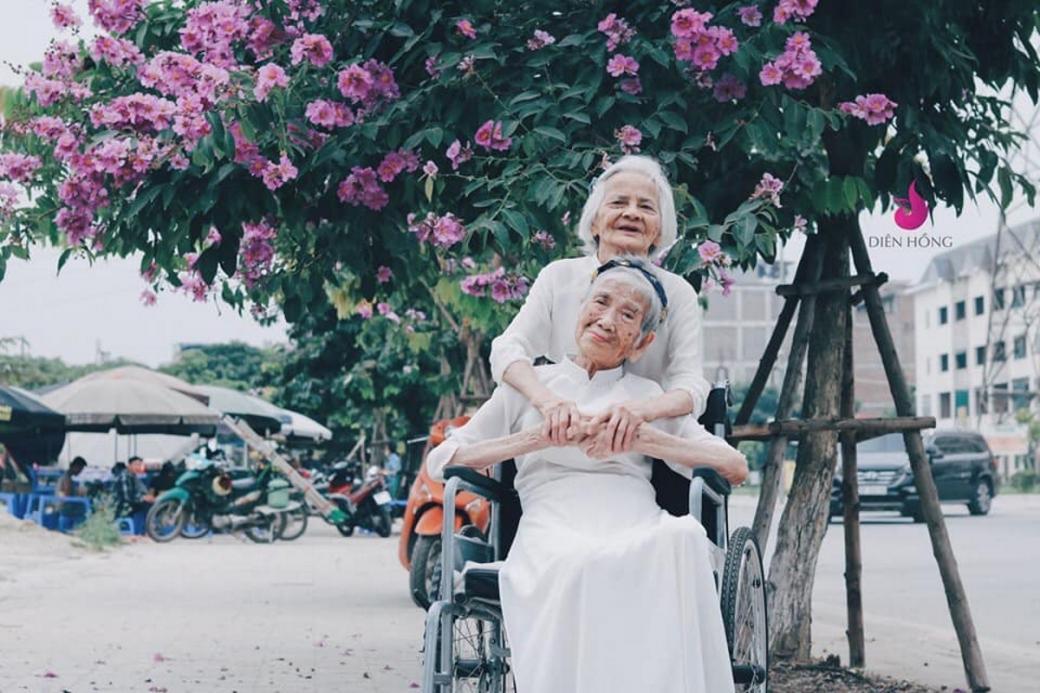 Như hòa vào mùa kỷ yếu cuối năm của các cô cậu học sinh, hai cụ diện trên mình tà áo dài trắng thướt tha như những thiếu nữ đôi mươi.