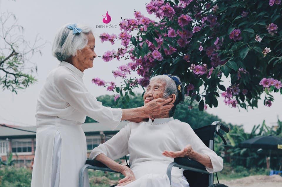 Bộ ảnh khiến người xem thầm ghen tị, ao ước mình có được một người bạn thân để cùng nhau đi đến tuổi xế chiều.