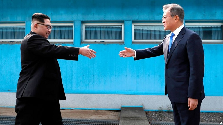 koreans cross border after korea summit to take picture 5