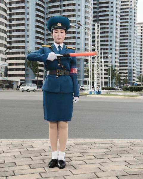 Những nữ cảnh sát giao thông như O Yong Ae xuất hiện rất phổ biến trên đường phố Bình Nhưỡng. Họ được chọn chủ yếu do ngoại hình và tuổi nghỉ hưu bắt buộc là 26.