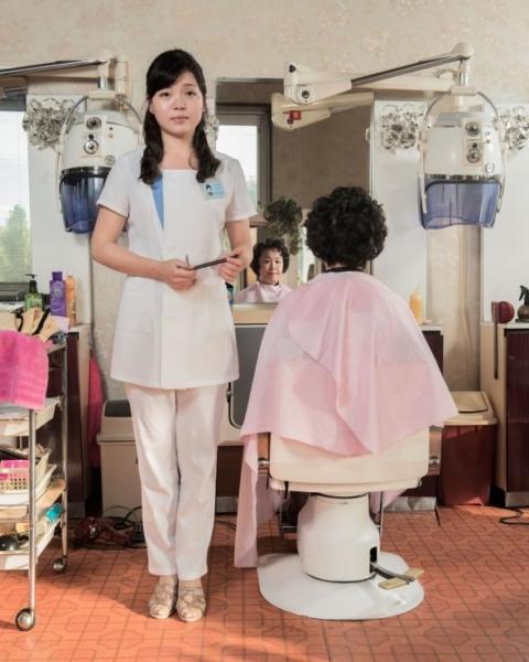 Tại Khu phức hợp Chăm sóc sức khỏe và Giải trí Changgwang, nơi có những dịch vụ tiện ích như hồ bơi hay spa, thợ làm tóc Kim Song Hui đang làm tóc cho khách hàng của mình.
