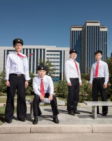 Những thiếu niên là con cái của giới trí thức ở Bình Nhưỡng đang theo học tại Đại học Kim Nhật Thành. Ngôi trường là một cơ sở giáo dục lớn ở Bình Nhưỡng với những phòng thí nghiệm, thư viện và viện bảo tàng.