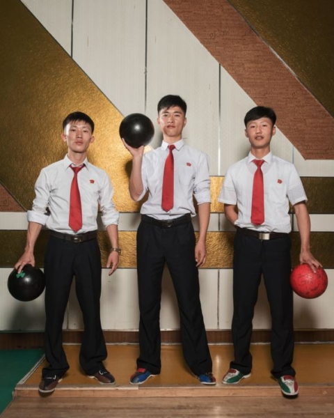 Các học sinh trung học chơi bowling tại Câu lạc bộ Bowling Golden Lane. Khu vui chơi này rộng lớn và còn có máy chơi điện tử cùng quầy bar, là điểm dừng chân phổ biến cho du khách trong những chuyến du lịch do chính phủ kiểm soát.