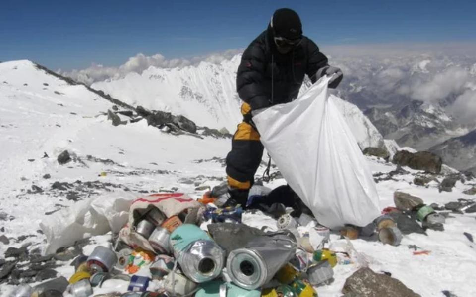 Trung Quốc hạn chế du khách đến khu cắm trại núi Everest vì ô nhiễm môi trường