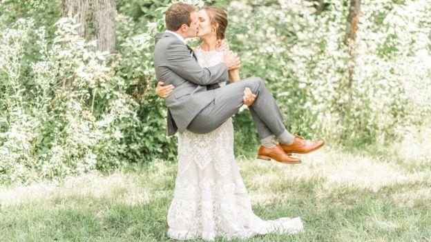 Người vợ dũng cảm cứu chồng mới cưới bị ngã xuống núi lửa