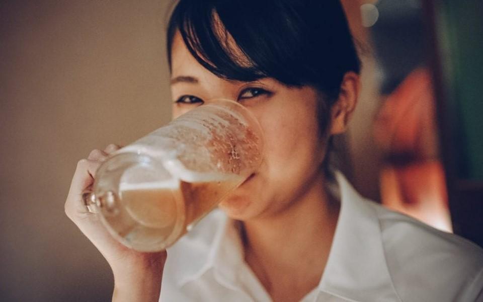 Người uống bia rượu bị đỏ mặt có khả năng mắc bệnh Alzheimer cao hơn bình thường