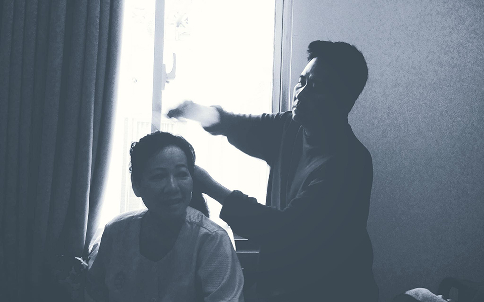 Cháo hành miễn phí (Kỳ 6): Bố mỗi ngày đều chải tóc cho mẹ bị bệnh ung thư khiến chúng ta tìm lại niềm tin vào tình yêu