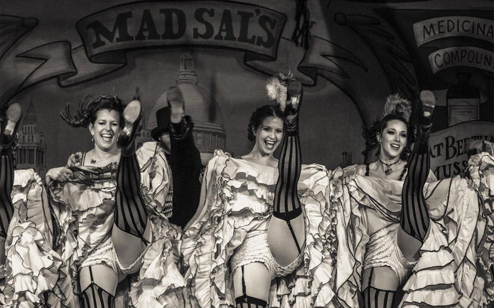 Gái quán bar - Biểu tượng của miền Tây hoang dã nước Mỹ một thời