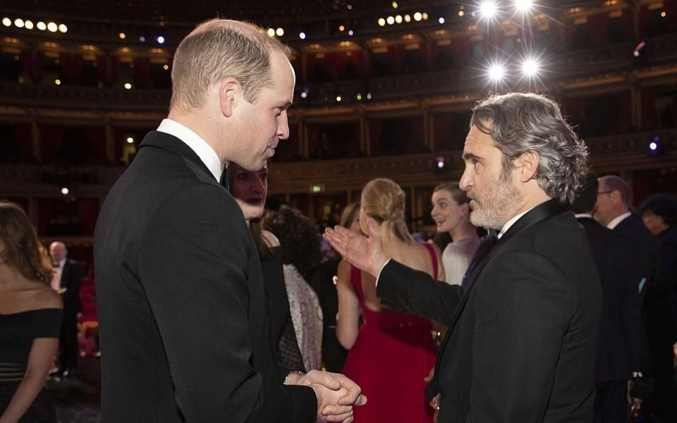 BAFTAs 2020: Brad Pitt 'đá đểu' Hoàng tử Harry và phản ứng của vợ chồng Hoàng tử William