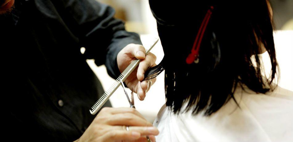 Cậu bé 16 tuổi bỏ học sau khi bị nhà trường yêu cầu cắt đi mái tóc nuôi dài vì em gái bị bệnh