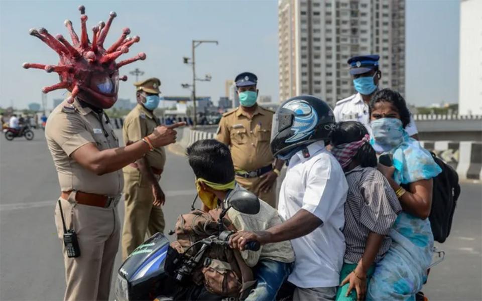 Cảnh sát Ấn Độ đội mũ bảo hiểm virus corona để cảnh báo mọi người ở yên trong nhà