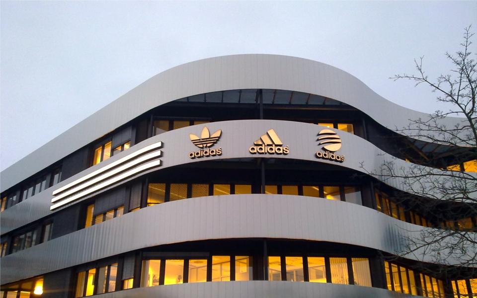 Logo kinh điển của Adidas đã trải qua những lần 'thay da đổi thịt' như thế nào?