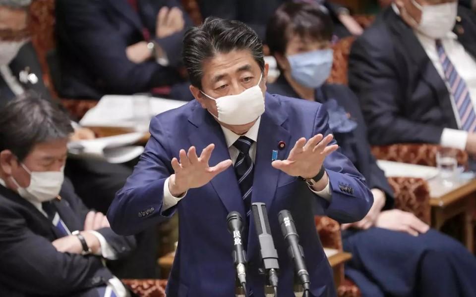 Tóc, côn trùng, vết bẩn xuất hiện trong khẩu trang của chính phủ Nhật tặng cho sản phụ