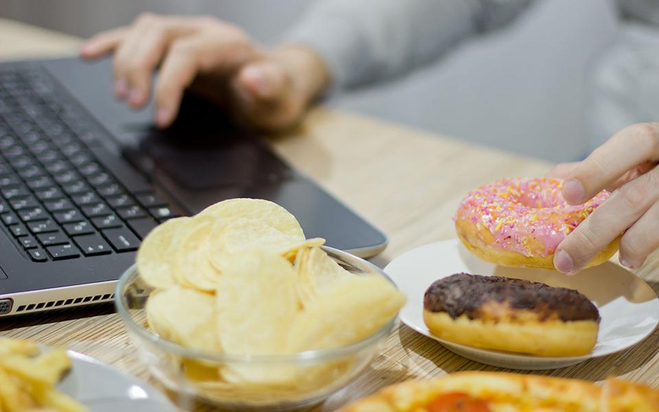 13 bí quyết tưởng khó mà dễ giúp tránh tăng cân những ngày 'work from home'