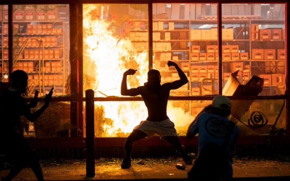 Lợi dụng phong trào đòi công lý cho George Floyd, một số người biểu tình cướp phá siêu thị ở Mỹ