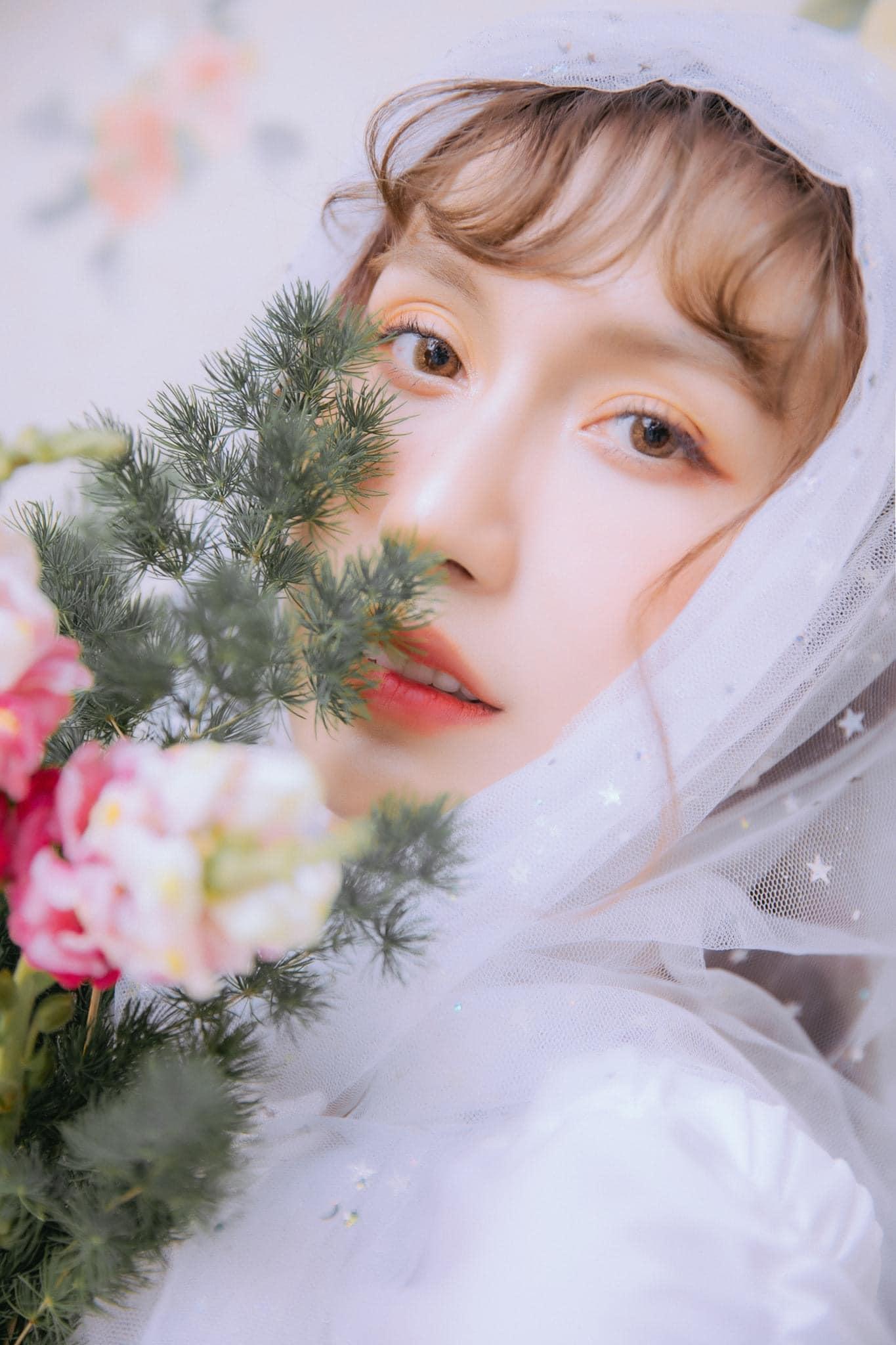 Lynk Lee đẹp mơ màng trong bộ ảnh mới với concept 'thiếu nữ bên hoa'