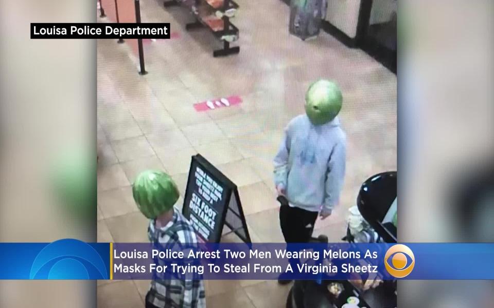 'Lạy ông tôi ở bụi này': Hai thanh niên đội mũ dưa hấu đi cướp
