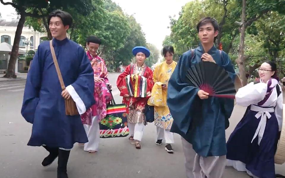 Thanh niên Việt Nam mặc cổ phục Việt Nam 'xuống chill' ở phố đi bộ Hồ Gươm