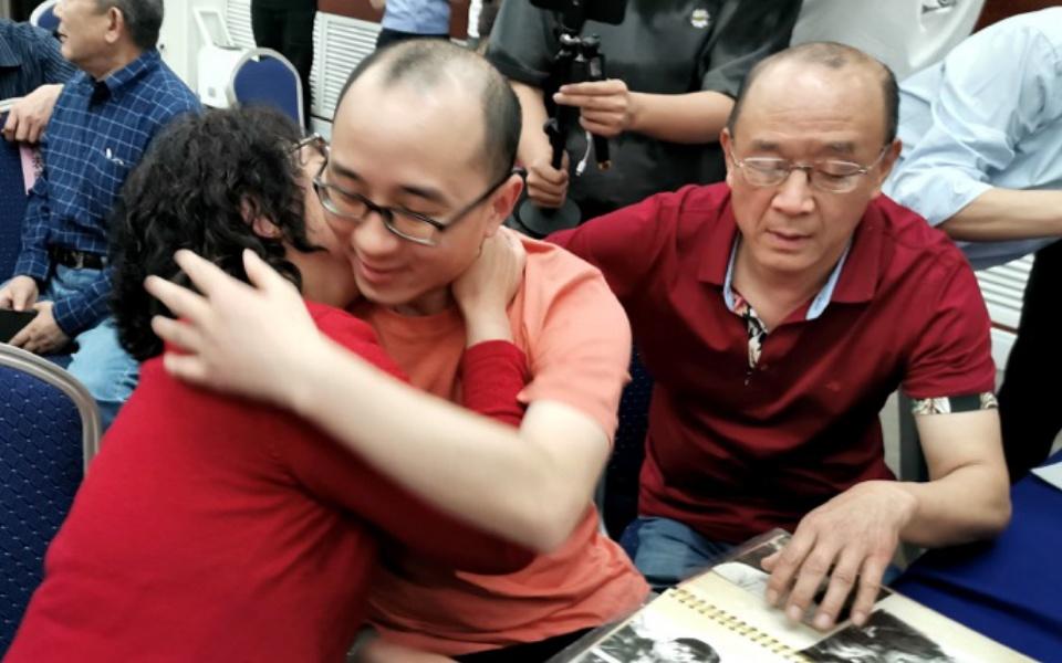 Cuộc hội ngộ đẫm nước mắt của cậu bé bị bắt cóc với bố mẹ sau 32 năm xa cách