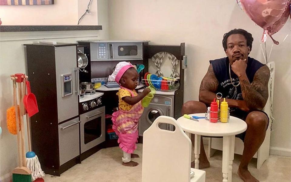 Con gái rượu 'mở' tiệm ăn tại gia rồi để cha mình đợi 45 phút mới được phục vụ