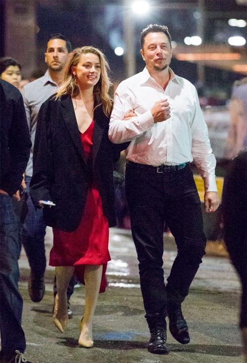 Người duy nhất mà Amber Heard gặp trong thời gian nhân chứng thấy xuất hiện vết bầm là Elon Musk. Lúc này Johnny Depp đã đi nước ngoài.