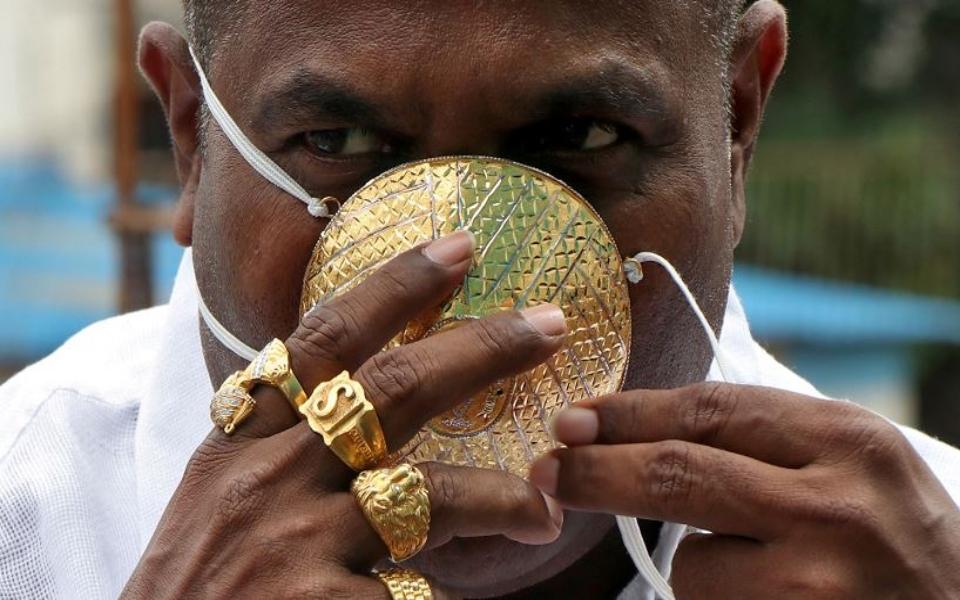 Người đàn ông Ấn Độ đeo khẩu trang bằng vàng vì tin nó sẽ giúp phòng COVID-19 hiệu quả