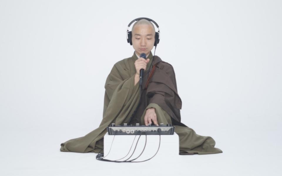 Sư thầy Nhật Bản khiến chúng sinh 'lác mắt' vì tụng kinh... trên nền nhạc beatbox