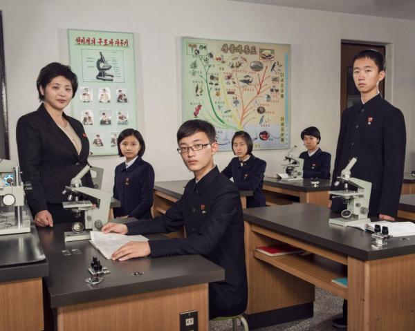 Các học sinh năng khiếu đang theo học tại lớp Trường Trung cấp Số 1 Bình Nhưỡng, trường được thành lập vào năm 1984. Có những trường với bậc học tương tự ở khắp các địa phương trên cả nước, nhưng ngôi trường này ở Bình Nhưỡng có chất lượng tốt nhất.