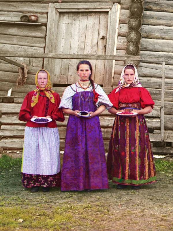 Các cô thôn nữ trên tay cầm hoa quả là quà tặng cho các du khách ghé thăm thị trấn Kirillov, chụp năm 1909.