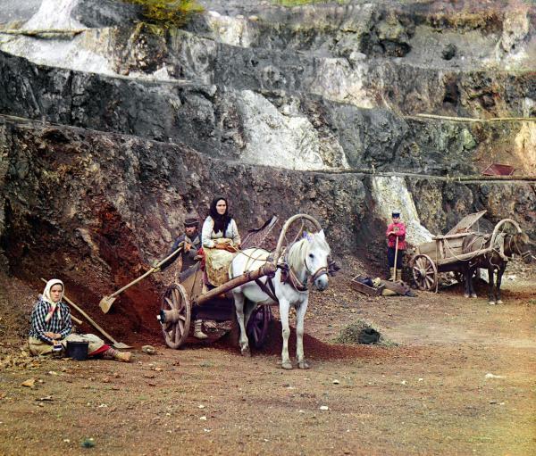 Một gia đình đang làm việc cùng nhau ở một vùng khai thác sắt ở gần Ekaterinburg, chụp năm 1910.