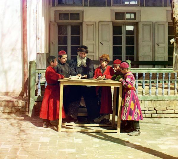 Một nhóm các cậu bé người Do Thái đang mặc trang phục truyền thống và học bài cùng thầy giáo của mình tại vùng đất thuộc Uzbekistan ngày nay, chụp năm 1910.