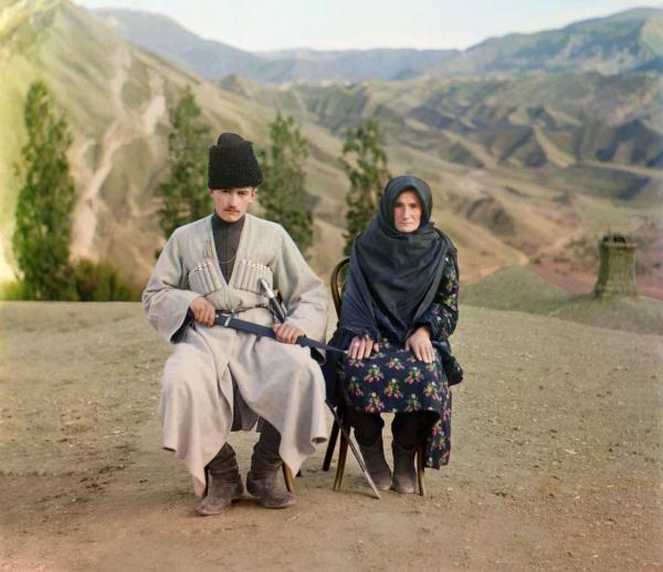 Vợ chồng người Dagestani đang ngồi tại Dãy núi Caucasus, chụp năm 1910.