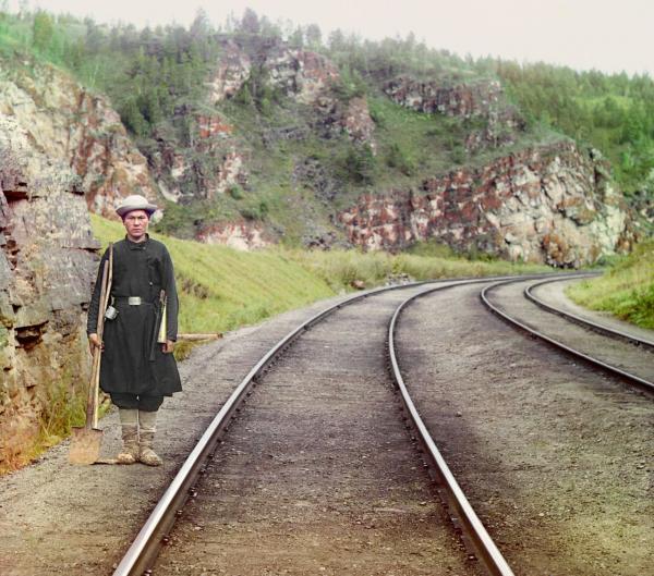 Một công nhân hỏa xa người Bashkir đang đứng ở nơi làm việc của mình thuộc Hệ thống Đường sắt Transsiberian gần thị trấn Ust-Katav, chụp năm 1910.