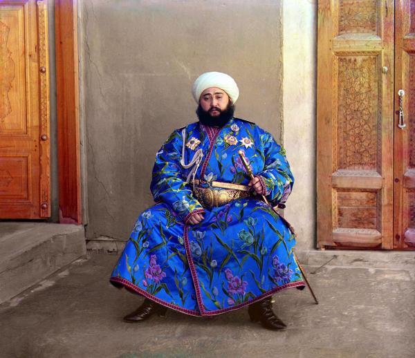Chân dung Alim Khan, Thân vương (emir) cuối cùng của Tiểu vương quốc Bukhara, một cựu quốc gia theo chế độ quân chủ lập hiến mà thuộc Uzbekistan ngày nay. Vương triều của ông đã bị lật đổ bởi Hồng quân Liên Xô trong cuộc Cách mạng Tháng Mười.