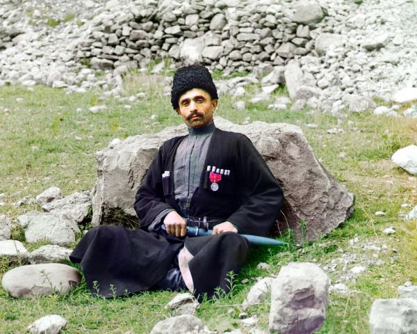 Một người Hồi giáo Sunni trong trang phục truyền thống của mình đang ngồi nghỉ ở Dagestan, thuộc vùng Bắc Caucasus, chụp năm 1910.