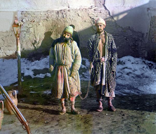 Hai tù nhân bị xiềng xích, chụp năm 1910.