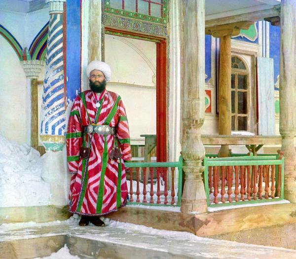 Một quan lại làm việc cho Tiểu vương quốc Bukhara, chụp năm 1910. Hình ảnh này cho thấy rõ sự chi tiết của những hình ảnh màu thời kỳ đầu.