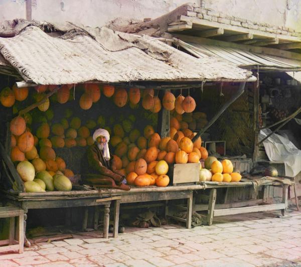 Một người bán dưa tại một khu chợ truyền thống thuộc Uzbekistan ngày nay.