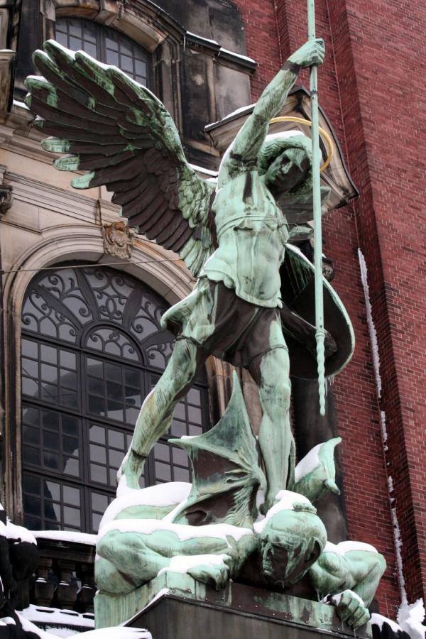 erzengel michael statue uber dem portal der st michaeliskirche hamburg