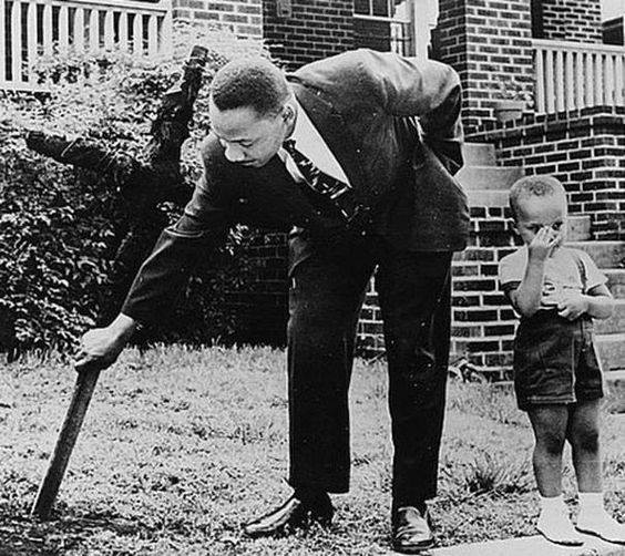 martin luther king removing a cross in his backyard placed by the ku klux klan