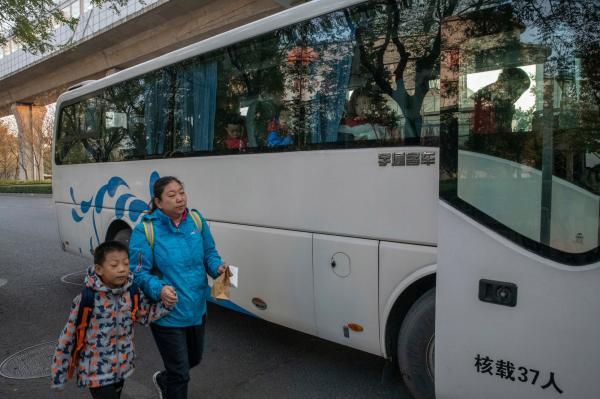 7 giờ 40 phút sáng mỗi Chủ Nhật, các cậu bé đến trường huấn luyện thể chất bằng xe buýt. Ở ngôi trường lớn nép mình tại một ngọn đồi phía tây Bắc Kinh, những nam sinh nhỏ tuổi được chơi những trò thể thao nam tính gồm cả bóng bầu dục – môn thể thao quốc dân của người Mỹ nhưng còn quá xa lạ với dân Trung Quốc. Quan điểm của môi trường giáo dục này, là đào tạo ra một thế hệ các cậu bé thoát khỏi nền văn hóa đại chúng đang đuổi theo những thần tượng âm nhạc với vẻ ngoài lưỡng tính, sự nuông chiều quá mức từ cha mẹ và tránh xa cách dạy học của giáo viên nữ khi chỉ biết để các bé trai khóc lóc thay vì phải đối mặt với vấn đề. Ảnh: Gilles Sabrié/The New York Times.