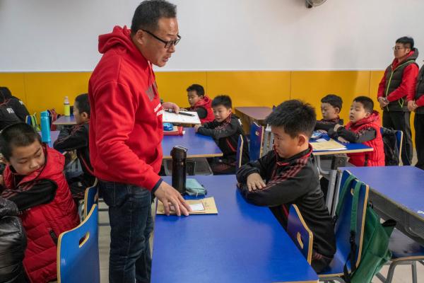 Ông Tang, một cựu huấn luyện viên bóng đá và là một giáo viên, cho biết ý tưởng về lớp học này được xuất phát sau khi ông nói chuyện với phụ huynh và nhận thấy nỗi lo ngại của họ về kết quả học tập giảm sút của con trai mình. Theo một khảo sát năm 2014 được thực hiện trên 20.000 phụ huynh học sinh Trung Quốc, gần 2/3 các bé trai có kết quả học tập kém trong khi tỷ lệ này ở các bé gái chỉ là 1/3. Ảnh: Gilles Sabrié/The New York Times.