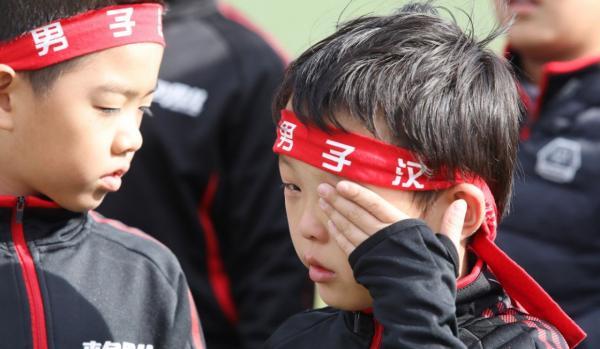 """""""Em chưa được chơi bóng bầu dục trước đây, nhưng khi đã biết cách chơi và được chơi với các bạn, em rất thích nó,"""" cậu bé Sun Shujie 10 tuổi cho biết. Cậu bé cũng chia sẻ đã thành công trong việc hạn chế sử dụng điện thoại thông minh và giờ đây chỉ dùng khoảng 20 phút mỗi ngày. Ảnh: SMCP."""