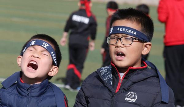 Người ta cố đổ lỗi cho những gì đã xảy ra. Trong một gia đình Trung Quốc bất kỳ, người cha ít khi tham gia dạy dỗ con cái mà thường để công việc đó cho các bà mẹ, điều này dẫn đến sự nuông chiều quá mức trong cách giáo dục con cái. Ngoài ra, các thần tượng âm nhạc cũng là nỗi lo ngại của phụ huynh nước này, người lớn phàn nàn về cách ăn mặc và trang điểm của nam ca sĩ hiện đại quá nữ tính. Ảnh: SMCP.